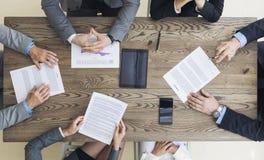 Hombres de negocios que discuten términos de contrato imagenes de archivo