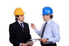 Hombres de negocios que discuten un contrato foto de archivo