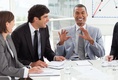 Hombres de negocios que discuten un plan del presupuesto Fotografía de archivo libre de regalías