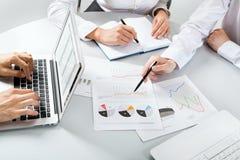 Hombres de negocios que discuten un plan financiero Fotografía de archivo
