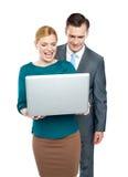 Hombres de negocios que disfrutan de los vídeos divertidos en la computadora portátil Fotos de archivo