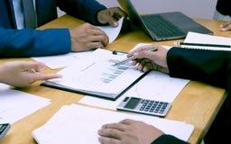 Hombres de negocios que encuentran con a colegas para analizar la información del trabajo para el negocio financiero fotografía de archivo libre de regalías