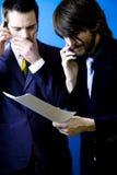 Hombres de negocios que encuentran un error fotografía de archivo