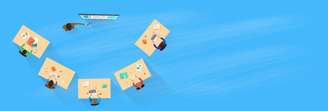 Hombres de negocios que entrenan al top sobre la sentada de la visión Foto de archivo libre de regalías