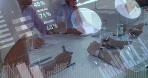 Hombres de negocios que escriben en una oficina con los gráficos que se mueven en la pantalla 4k metrajes