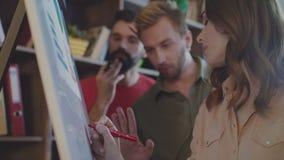 Hombres de negocios que escriben estrategia de la compañía en junta de planificación en oficina almacen de video