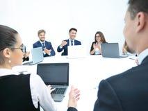 Hombres de negocios que escuchan la presentación en el seminario Imagenes de archivo
