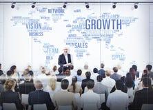 Hombres de negocios que escuchan una presentación sobre crecimiento Imágenes de archivo libres de regalías