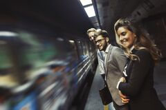 Hombres de negocios que esperan el subterráneo fotos de archivo