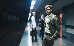 Hombres de negocios que esperan el subterráneo Foto de archivo libre de regalías