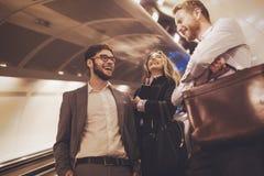 Hombres de negocios que esperan el transporte del subterráneo Imágenes de archivo libres de regalías