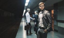 Hombres de negocios que esperan el transporte del subterráneo Foto de archivo libre de regalías