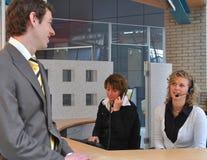 Hombres de negocios que esperan en la recepción Imagenes de archivo