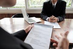 Hombres de negocios que esperan entrevista de trabajo fotos de archivo