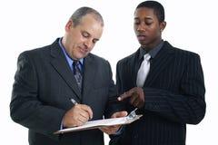 Hombres de negocios que firman el contrato imagenes de archivo