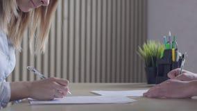 Hombres de negocios que firman el contrato durante la reunión corporativa y que sacuden las manos metrajes