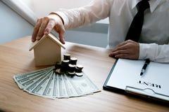 Hombres de negocios que firman el contrato que hace un trato con las propiedades inmobiliarias foto de archivo