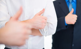 Hombres de negocios que gesticulan los pulgares para arriba Imagen de archivo