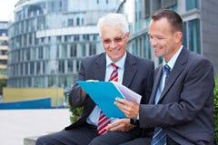 Hombres de negocios que hablan Foto de archivo libre de regalías