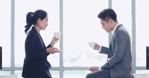 Hombres de negocios que hablan durante el café de consumición metrajes