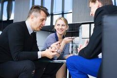 Hombres de negocios que hablan en café Fotos de archivo