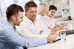 Hombres de negocios que hablan en la reunión Fotos de archivo