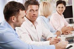 Hombres de negocios que hablan en la reunión Imagen de archivo