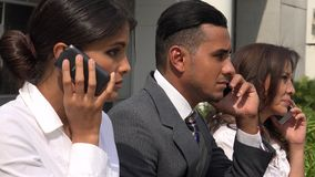 Hombres de negocios que hablan en los teléfonos celulares almacen de video