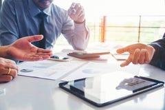 Hombres de negocios que hacen frente a análisis de la estrategia del planeamiento en nuevo busine fotos de archivo libres de regalías