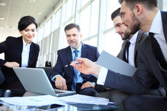 Hombres de negocios que hacen frente a concepto corporativo de la discusión de la conferencia fotografía de archivo libre de regalías