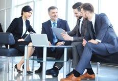 Hombres de negocios que hacen frente a concepto corporativo de la discusión de la conferencia fotos de archivo libres de regalías
