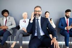 Hombres de negocios que hacen frente a concepto corporativo de la conexión del dispositivo de Digitaces imagenes de archivo