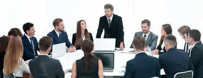 Hombres de negocios que hacen frente a concepto corporativo de la discusión de la conferencia foto de archivo