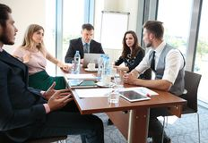 Hombres de negocios que hacen frente a concepto corporativo de la discusión de la conferencia imagen de archivo libre de regalías