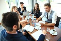 Hombres de negocios que hacen frente a concepto corporativo de la discusión de la conferencia imágenes de archivo libres de regalías