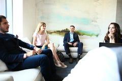 Hombres de negocios que hacen frente a concepto corporativo de la discusión de la conferencia fotos de archivo