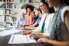 Hombres de negocios que hacen frente a concepto corporativo de la discusi?n de la conferencia foto de archivo