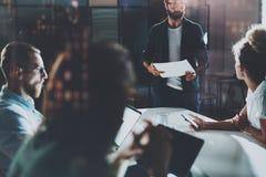 Hombres de negocios que hacen frente a concepto Equipo de los compañeros de trabajo que trabaja en la oficina de la noche Horizon Foto de archivo