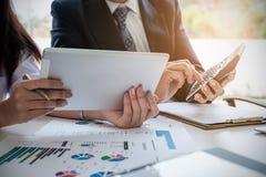 Hombres de negocios que hacen frente a concepto de las ideas del diseño Grupo de inversor imágenes de archivo libres de regalías