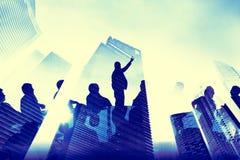 Hombres de negocios que hacen frente a conceptos de la ciudad de los edificios Imágenes de archivo libres de regalías