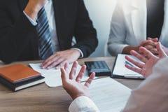Hombres de negocios que hacen frente a la estrategia de planificación que habla del plan empresarial, informe sobre los progresos foto de archivo