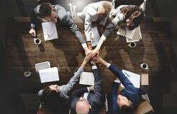 Hombres de negocios que hacen frente a la unidad corporativa Concep de la conexión Fotografía de archivo libre de regalías