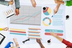Hombres de negocios que hacen frente a las estadísticas Brainstormi del análisis de planeamiento imagenes de archivo