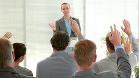 Hombres de negocios que hacen la pregunta durante la reunión metrajes