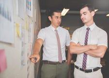 Hombres de negocios que hacen la reunión de reflexión Imagenes de archivo