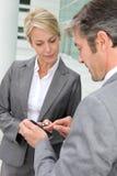 Hombres de negocios que intercambian números Imagen de archivo