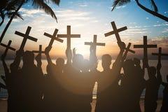 Hombres de negocios que llevan a cabo cruces en orilla en la playa imagen de archivo libre de regalías