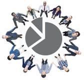 Hombres de negocios que llevan a cabo las manos y el gráfico de sectores Imagen de archivo libre de regalías