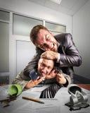 Hombres de negocios que luchan para la firma del acuerdo Imagen de archivo libre de regalías