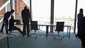 Hombres de negocios que marchan con el vestíbulo constructivo corporativo metrajes